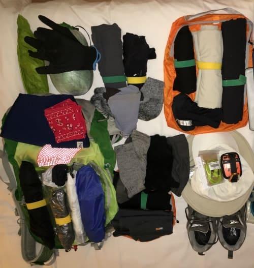 """מגוון סוגי בגדים לאריזה לטיול בחו""""ל"""